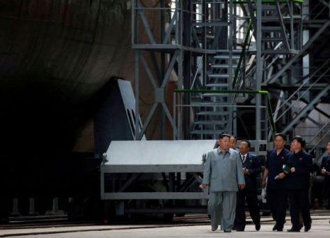 Pemimpin Korea Utara Kim Jong Un memeriksa kapal selam yang baru dibangun. (KCNA)