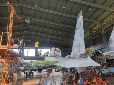 Pesawat tempur Su-30MK2 dengan tail number TS 3004 milik TNI AU menjalani pemeliharaan (bmpd.livejournal.com) 2