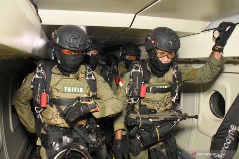 Prajurit Batalyon Intai Amfibi 2 Marinir (Yontaifib 2 Mar) TNI AL yang tergabung dalam Tim Terjun Tempur Latihan Armada Jaya XXXVII 1