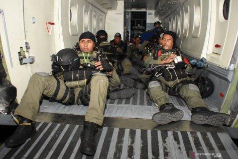 Prajurit Batalyon Intai Amfibi 2 Marinir (Yontaifib 2 Mar) TNI AL yang tergabung dalam Tim Terjun Tempur Latihan Armada Jaya XXXVII 2