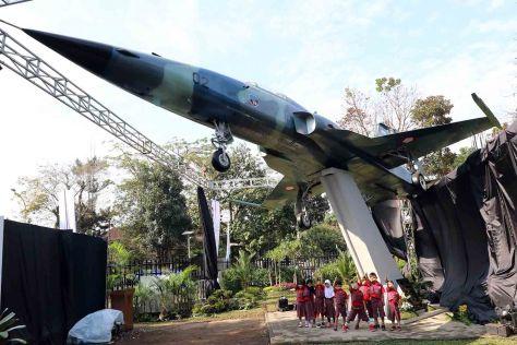 Taman Lalu Lintas Bandung Kini Miliki Pesawat Tempur Bersejarah F-5 Tiger
