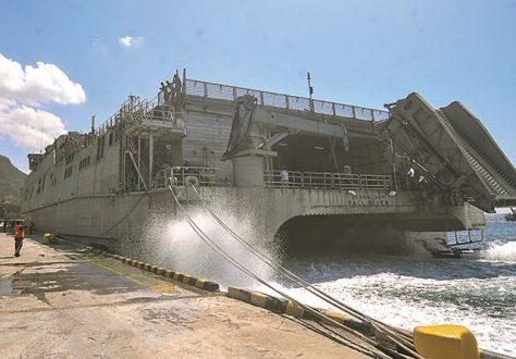 USNS Fall River, tertahan di Pelabuhan Tanjung Wangi kemarin. (Ramada Kusuma - Jawa Pos Radar Banyuwangi)