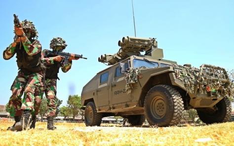Dua prajurit melindungi posisi kendaran tempur Vamtac ST5 yang mengusung rudal Starstreak MMS (Chandra AN)