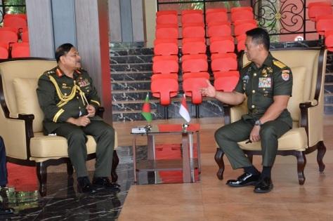KSAD Jenderal TNI Andika Perkasa menerima kunjungan kehormatan KSAD Bangladesh General Aziz Ahmed, di Mabesad, Jakarta