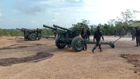 Prajurit Armed menggelar latihan menembak menggunakan meriam howitzer caliber 105 mm di Pusat Latihan Tempur (Puslatpur) Amborawang