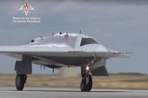 Su-70 Okhotnik-B Rusia Terbang Perdana