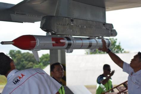Tim IMAA Puslaik Baranahan Kemhan tengah mengecek kesiapan Pod ACMI Sukhoi sebelum pelaksanaan uji dinamis di Skadron Udara 11 Wing 5 Lanud Hasanuddin Makassar