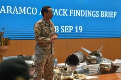 aramco.JPGJuru bicara Kementerian Pertahanan Arab Saudi, Kolonel Turki bin Saleh Al Maliki, saat memaparkan bukti bahwa Iran pelaku serangan di Aramco. (AFP)