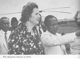 Dalam kunjungannya ke IPTN Perdana Menteri Inggris, Margareth H. Thatcher, mengamati production line didampingi Presiden Direktur Perusahaan, Prof. Dr. Ing. B.J. Habibie. 1