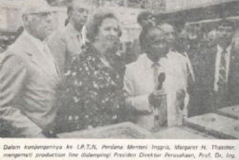 Dalam kunjungannya ke IPTN Perdana Menteri Inggris, Margareth H. Thatcher, mengamati production line didampingi Presiden Direktur Perusahaan, Prof. Dr. Ing. B.J. Habibie.