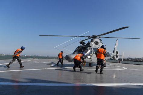Helikopter AS 565MBe Panther TNI AL mendarat di geladak heli KRI Makassar ketika akan mengikuti Latihan Gabungan TNI di Selat Madura
