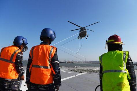 Helikopter Bell 412 TNI AL mendarat di geladak heli KRI Makassar ketika akan mengikuti Latihan Gabungan TNI di Selat Madura