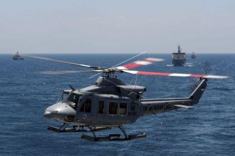 Helikopter Bell 412 TNI AL mengudara saat perpindahan helikopter pada Latihan Gabungan TNI saat pelayaran di KRI Makassar di Laut Jawa