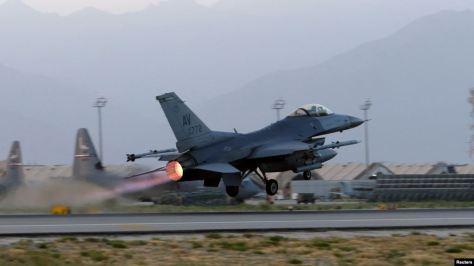 Jet tempur F-16 Falcon di pangkalan udara militer Bagram, Afghanistan, 22 Agustus 2017. (Reuters)