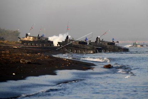 Kendaraan tempur TNI AL melakukan pendaratan saat Latihan Gabungan TNI Dharma Yudha di Pantai Banongan