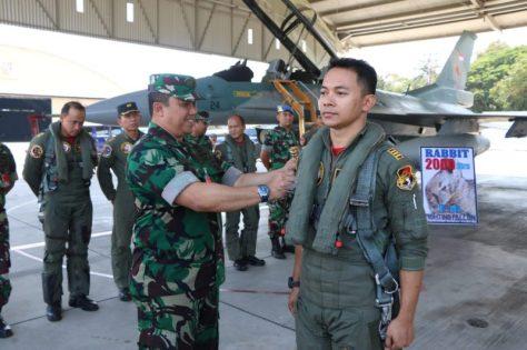 Marsekal Pertama TNI Widyargo Ikoputra, menyematkan badge 2.000 jam terbang kepada Kapten (Pnb) Ferry Rabbit Rachman di Selter Skadron Udara 3 Lanud Iswahjudi