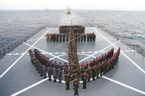 Panglima Komando Armada II yang juga Panglima Komando Tugas Gabungan Amfibi Laksda TNI Mintoro Yulianto (tengah) bersama sejumlah perwira TNI AL dan prajurit TNI AL