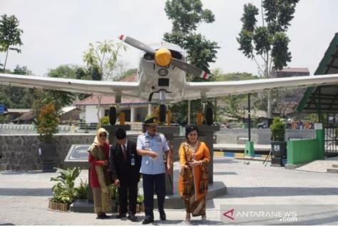Panglima TNI Marsekal TNI Hadi Tjahjanto dan Rektor UNS Jamal Wiwoho berfoto di depan monumen pesawat, Jumat (20092019)