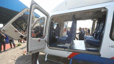 Petugas memeriksa Helikopter jenis Bell 429 P-3203 di Hanggar 3 Ditpoludara Korpolairud Polri 2