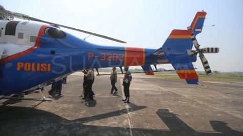 Petugas memeriksa Helikopter jenis Bell 429 P-3203 di Hanggar 3 Ditpoludara Korpolairud Polri 4