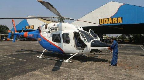 Petugas memeriksa Helikopter jenis Bell 429 P-3203 di Hanggar 3 Ditpoludara Korpolairud Polri 5