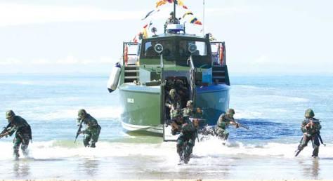 Prajurit Kodam VI Mulawarman saat latihan dengan KMC (Kapal Motor Cepat) Komando. (Prokal)
