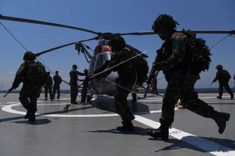 Prajurit Korps Marinir TNI AL berlari menuju Helikopter Bell 412 TNI AL