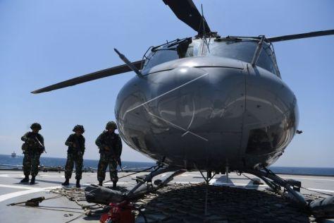 Prajurit Korps Marinir TNI AL bersiaga disamping Helikopter Bell 412 TNI AL saat perpindahan helikopter pada Latihan Gabungan TNI