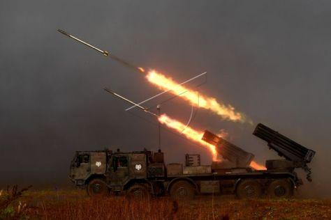 Prajurit Korps Marinir TNI AL melakukan penembakan roket RM 70 Vampir ke arah musuh saat Latihan Gabungan TNI Dharma Yudha di Pantai Banongan