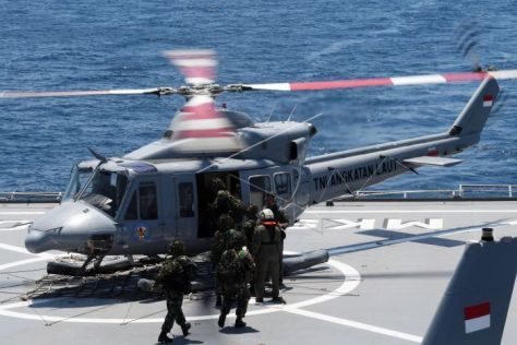 Prajurit Korps Marinir TNI AL menaiki Helikopter Bell 412 TNI AL