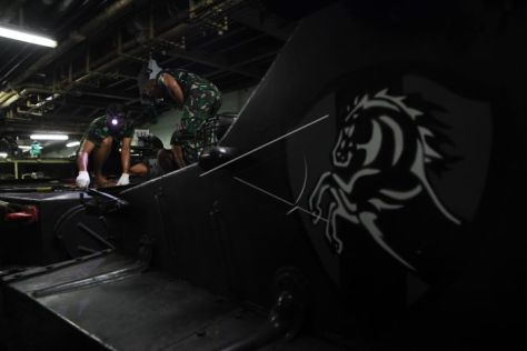 Prajurit Korps Marinir TNI AL mengikuti latihan menggunakan kendaran tempur sebelum latihan tempur pada Latihan Gabungan TNI 1