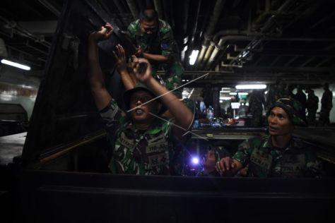 Prajurit Korps Marinir TNI AL mengikuti latihan menggunakan kendaran tempur sebelum latihan tempur pada Latihan Gabungan TNI