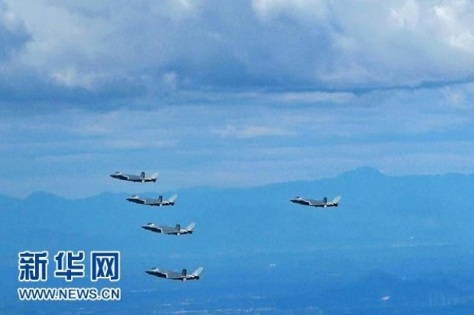 Salah satu gambar video kedua yang menunjukkan formasi lima jet tempur J-20 dalam latihan militer. Xinhua