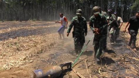 Sebuah bom latih jenis P100 dengan berat 125 kg, jatuh dari pesawat tempur milik TNI AU. (Liputan 6)