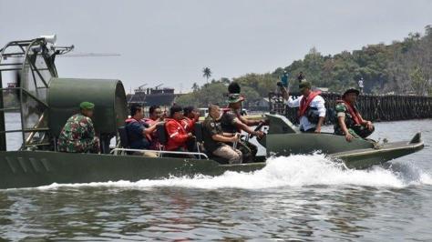 Uji coba kapal rawa pertama dan satu-satunya di Kalimantan Timur yang hanya di miliki oleh TNI AD di pelabuhan Adri kampung Baru Ujung, Balikpapan Barat . (Tribunnews)