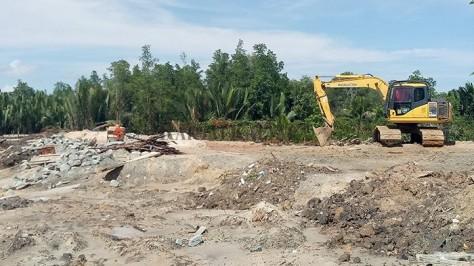 Alat berat mengerjakan lahan untuk pembangunan markas Skadron Pengintai di Lanud Anang Busra Tarakan. (Prokal)