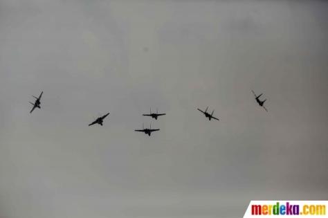 Atraksi enam pesawat jet tempur Sukhoi TNI AU saat bermanuver dalam gladi bersih HUT ke-74 TNI di Lapangan Udara (Lanud) Halim Perdanakusuma, Jakarta, Kamis (03102019)