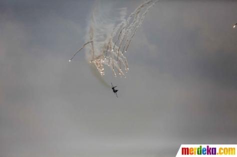 Atraksi udara pesawat tempur Sukhoi TNI AU bermanuver mengeluarkan flare dalam gladi bersih HUT ke-74 TNI di Lapangan Udara (Lanud) Halim Perdanakusuma, Jakarta, Kamis (03102019) 1
