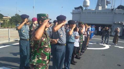 Danlantamal XIII Tarakan Laksamana Pertama TNI Judijanto memberikan penghormatan kepada KRI Teluk Ende 518 di dermaga Tanjung Bara, Selasa (22102019). (Tribunnews)