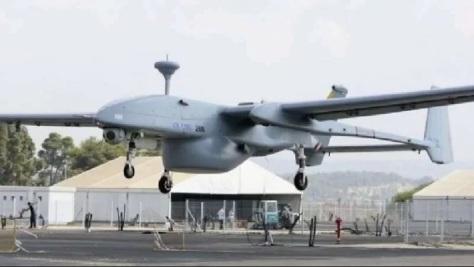 Drone Heron 1 Singapura dengan pod perangkat elektronik khusus (Janes)
