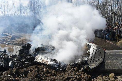 Foto bertanggal 27 Februari 2019, menunjukkan bangkai helikopter Angkatan Udara India yang jatuh dan menewaskan enam tentara. (AFP)