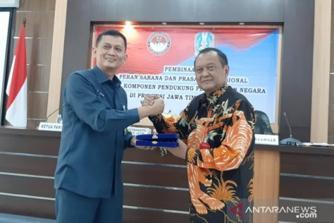Kasubdit Rendiaga Ditsumdahan Ditjen Pothan Kemenhan, Kolonel Arh Achmad Miftahudin (kiri) menerima cinderamata dari Kepala Bakesbangpol Jatim, Ec Jonathan Judianto saat kegiatan di Surabaya