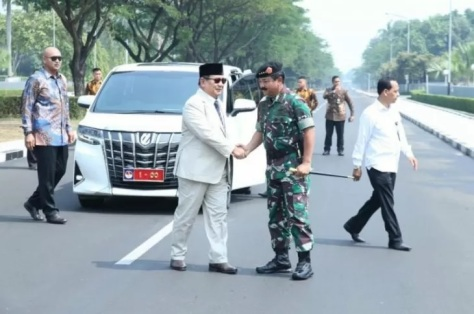 Prabowo Subianto saat disambut oleh Panglima TNI Marsekal TNI Hadi Tjahjanto ketika tiba di Mabes TNI Cilangkap