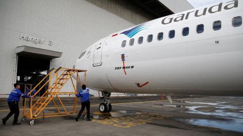 Seorang teknisi bersiap-siap melakukan pengecekan pesawat Garuda Indonesia tipe Boeing 737 Max 8 di Garuda Maintenance Facility AeroAsia (Reuters)