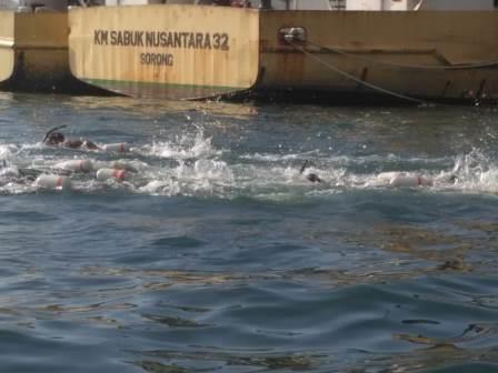 TNI AL Uji Coba Renang Menyeberangi Selat Doom