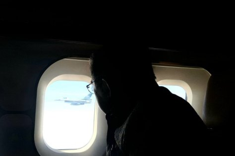 Wakil Presiden Jusuf Kalla menyaksikan pesawat tempur jenis F-16 yang mengawal penerbangan Pesawat Kepresidenan BBJ (10102019). (Setpres)