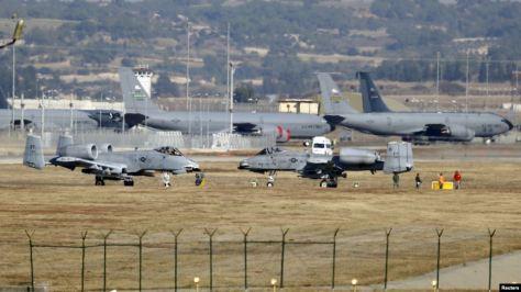 Beberapa pesawat militer AS termasuk pesawat jet tempur A-10 Thunderbolt II tampak di pangkalan udara Incirlik di kota Adana, Turki selatan. (Reuters)