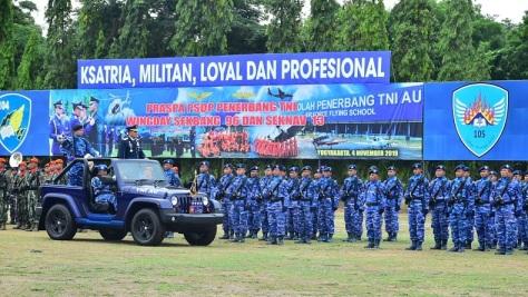 Kasau Marsekal TNI Yuyu Sutisna inspeksi peserta upacara Praspa dan Wingday PSDP Penerbang TNI A-96 dan Sekolah Navigator (Seknav) A-13 di Lapangan Jupiter Lanud Adisutjipto
