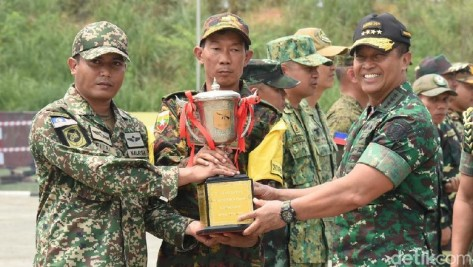 KSAD Jenderal TNI Andika Perkasa (kanan) saat menyerahkan piala kepada pemenang lomba tembak ASEAN Armies Rifle Meet (AARM) 2019. (DOK.Dispenad TNI)