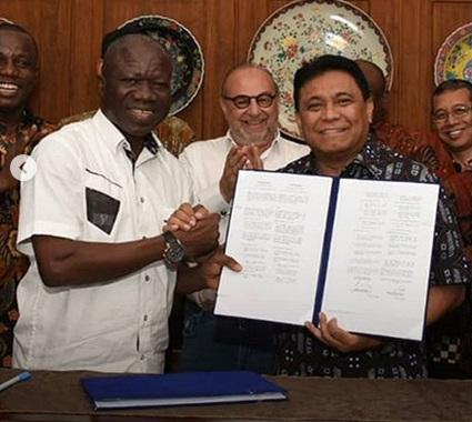 Letter Of Intent (LOI) yang ditandatangani Direktur Utama PT Pindad (Persero) Abraham Mose dengan Kementerian Pertahanan Ghana yang diwakili Chief Director, Dr. Evans A. Dzikum